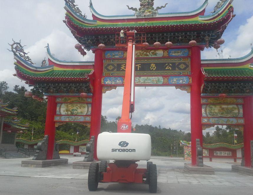 高空作业平台现身马来西亚佛教寺庙