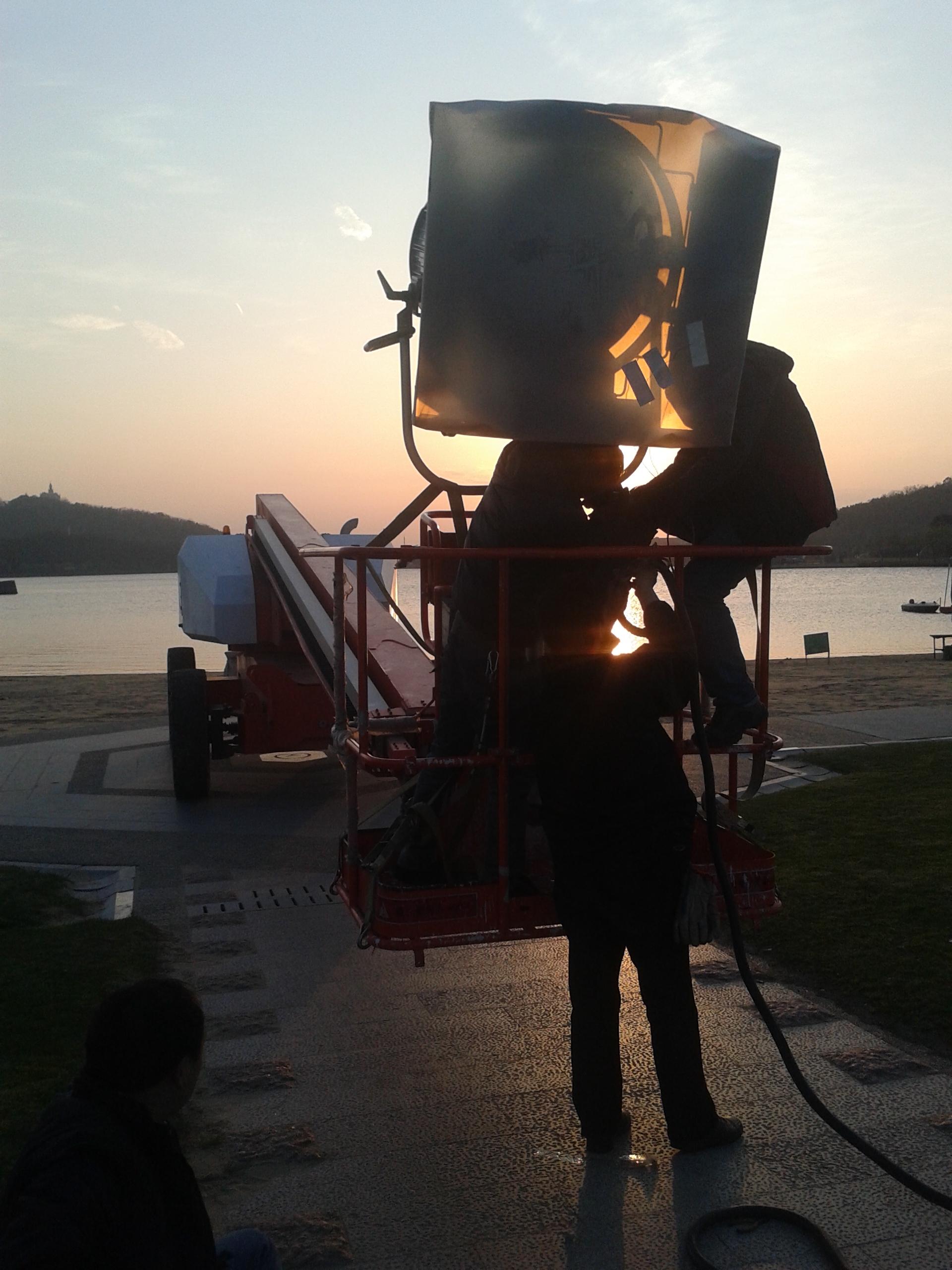 拍摄人员利用高空作业平台获得月光效果