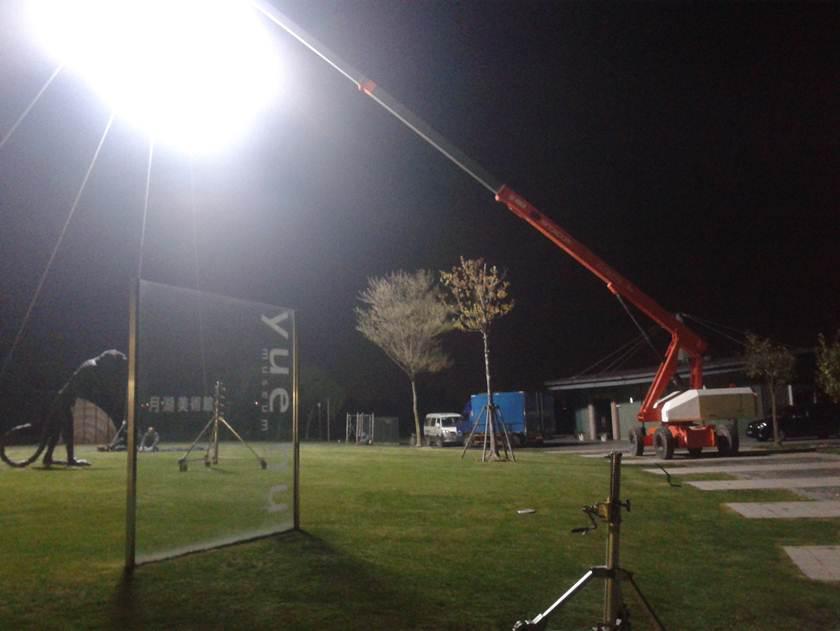 高空作业平台上携带一超大灯光