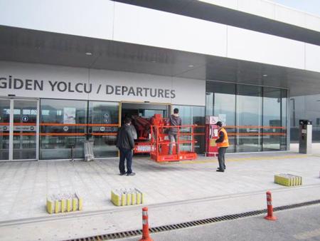 星邦重工高空作业平台轻松通过机场自动门